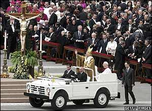 El Papa dando su primer paseo frente a la multitud.