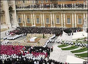 La misa se ofici� en las escaleras de la Bas�lica de San Pedro.