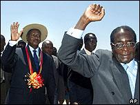Uganda's Yoweri Museveni (l) and Zimbabwe's Robert Mugabe (r)