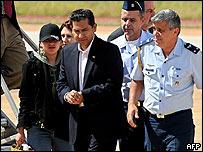 El ex presidente de Ecuador Lucio Guti�rrez llega a Brasilia, acompa�ado de su esposa e hija