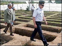Uruguay's President Tabare Vazquez (l) visiting the excavation site