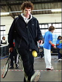 Andy Murray shows off his keepy-up skills