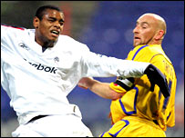 Bolton striker Ricardo Vaz Te (left) battles with Leicester's Danny Tiatto