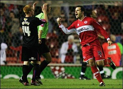 Mark Viduka (R) celebrates Middlesbrough's equaliser