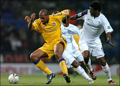 Leicester's Mark De Vries (L) competes with Ricardo Gardner