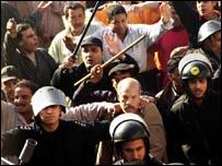 مواجهة بين الشرطة والناخبين في طنطه