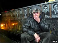 Женщина возле мемориала погибшим при ликвидации аварии на ЧАЭС