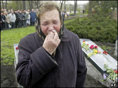 Anna Dolgova, widow of Chernobyl victim, weeps at commemoration ceremony April 2005