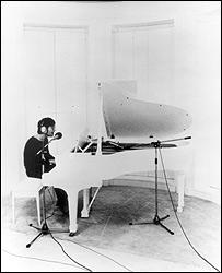 """Lennon durante la grabación de """"Imagine"""". (foto cortesía del Museo de la Música de París)."""