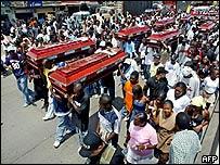 Funeral de víctimas de una matanza presuntamente cometida por fuerzas paramilitares
