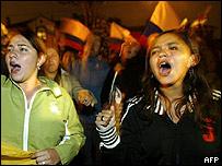 Protestas frente a la embajada de Brasil en Quito, por la decisión del gobierno de Lula de dar asilo a Lucio Gutiérrez