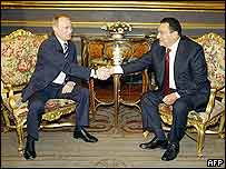 Russian President Vladimir Putin (left) shakes hands with his Egyptian counterpart Hosni Mubarak in Cairo