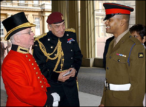 General Sir Mike Jackson and Private Johnson Beharry at Buckingham Palace