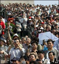 Thousands of Chinese gather to watch as Taiwan's opposition leader Lien Chan visits the Sun Yat-sen tomb in Nanjing Wednesday, April 27, 2005.