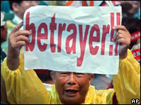 "A pro-Taiwan supporter displays a banner calling main opposition's Nationalist Party Chairman Lien Chan a ""Betrayer"" April 26, 2005, in Taoyuan's Chiang Kai-shek International Airport"