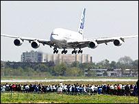 Awyren yr A380 yn glanio
