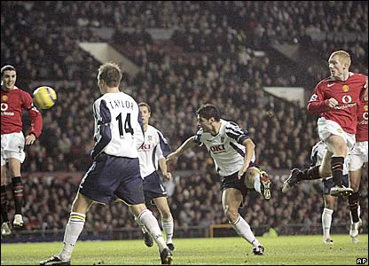 Paul Scholes heads his first goal of the season from Ryan Giggs' corner
