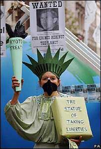 Manifestante frente a la embajada de Estados Unidos en Londres