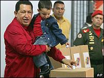 El presidente Hugo Chávez, con su nieto Manuel, deposita su voto
