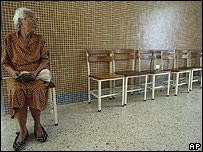 Una votante solitaria espera para depositar su voto en Caracas