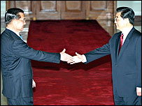 Lien Chan (left) shakes hands with Hu Jintao - Beijing, 29/4/05