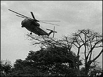 Вертолет США поднимается с крыши посольства в Сайгоне 30 апреля 1975 года