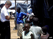 Jan Egeland visits people in Hatcliff camp near Harare 
