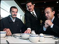 Vicente Fox (izquierda) y el candidato oficialista Felipe Calderón, derecha