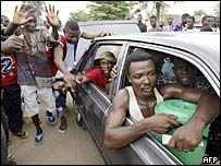 Immigrants from Ghana leave Lome by car