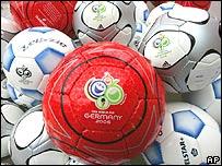 Balones de fútbol con el logo del Mundial.