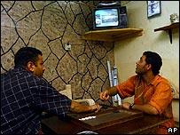 Iraquíes siguen por televisión la juramentación del gobierno iraquí