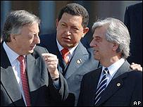 Néstor Kirchner (izq.), Hugo Chávez (cent.) y Tabaré Vásquez