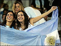 Fan�ticas con bandera argentina.