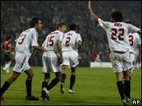 Jugadores del Milan celebran el gol que los clasifica a la final