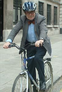 الدراجة أهم اختراع في العالم...... _41111017_bike-bbc203