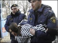 Полиция задерживает женщину, протестующую против шествия ветеранов Ваффен-СС