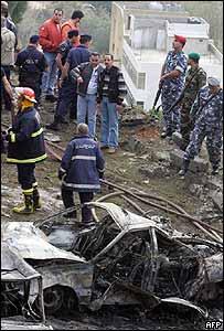 Bomberos y fuerzas de seguridad libanesas en el lugar del atentado