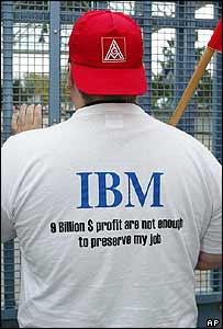 Trabajador alemán vistiendo una camiseta con una leyenda que critica a IBM