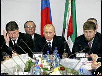 Vladimir Putin (c) with Chechen President Alu Alkhanov (l) and Chechen Deputy PM Ramzan Kadyrov (r)
