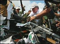 Luis Carlos Restrepo, Comisionado de Paz, recibe las armas.