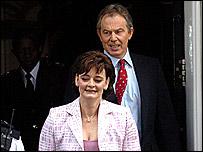 Tony Blair y su esposa Cherie salen de 10 Downing Street