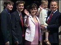 Тони Блэр с семьей у дверей Даунинг-стрит, 10