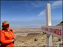 Una madre en la tumba de su hija asesinada en 2003
