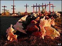 Flores de plástico en tumbas de mujeres en Ciudad Juárez