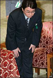 Architect Hidetsugu Aneha bows after appearing before a Lower House committee in Tokyo, Wednesday, December 14, 2005.
