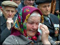 Una mujer ucraniana llora durante la ceremonia que conmemora el triunfo sobre la Alemania nazi.
