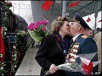 Un veterano ruso rememora, junto a su sobrina, la llegada de los soldados después de la guerra.