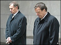 El presidente de Alemania, Horst Koehler (izq) y el canciller Gerhard Schroeder .