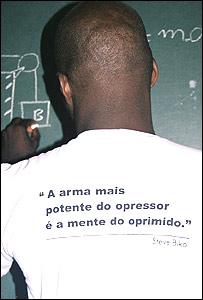 """L�zaro Passos de espalda, la camiseta del insituto lleva un mensaje de Biko: """"el arma m�s potente en manos del opresor es la mente del oprimido"""""""