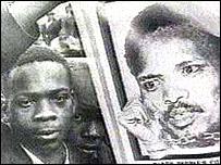 Un joven sudafricano sostiene un poster de Steve Biko, un h�roe para millones en su pa�s